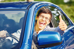 Гай внутри автомобиля показывая большой палец руки вверх Стоковое Изображение
