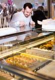 Гай выбирает торты Стоковые Фотографии RF