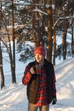 Гай выпивает горячий от чашки в зиме Стоковое фото RF