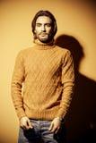 Гай в желтом пуловере Стоковые Фото