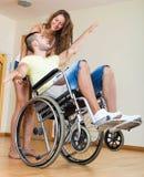 Гай в кресло-коляске играя с другом Стоковые Фотографии RF