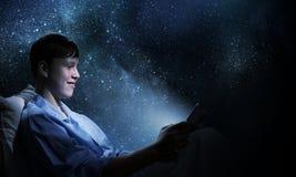 Гай в кровати Стоковая Фотография RF