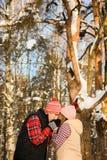 Гай греет его руки в зиме Стоковое Изображение