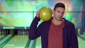 Гай держит шарик боулинга на его плече стоковое фото rf
