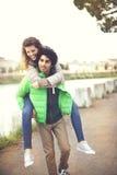 Гай держит его подругу вокруг города Стоковые Изображения