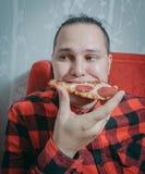 Гай есть пиццу стоковое изображение rf