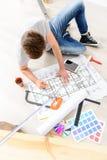 Гай делая метку на плане квартиры Стоковое Изображение
