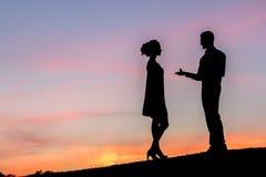 Гай делая предложение для девушки против красивого неба Стоковые Фотографии RF