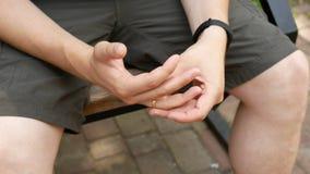 Гай извлекает кольцо из его пальца видеоматериал
