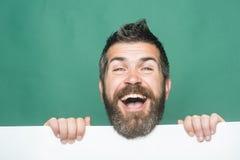Гай или бородатый человек на зеленой предпосылке стоковые изображения rf