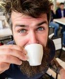 Гай имея остатки с кофе эспрессо принимать человека принципиальной схемы кофе пролома Битник на кофе внешнем, близкое поднимающем Стоковая Фотография RF