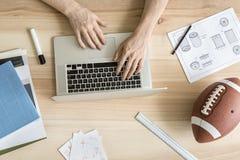 Гай используя компьтер-книжку в офисе Стоковая Фотография RF
