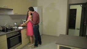Гай и девушка встречали в кухне акции видеоматериалы