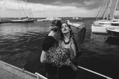 Гай и девушка на пристани стоковые фотографии rf