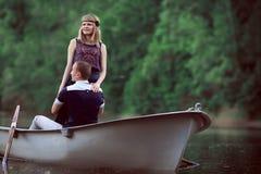 Гай и девушка обнимая в шлюпке Стоковые Изображения