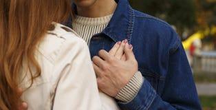Гай и девушка обнимая и держа руки стоковые изображения rf