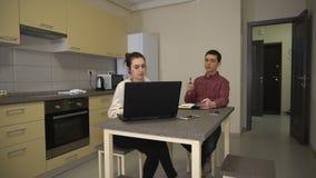 Гай и девушка обсуждают проект в кухне акции видеоматериалы