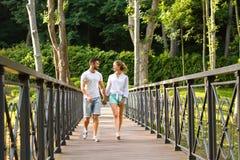 Гай и девушка идут в парк Стоковые Фотографии RF