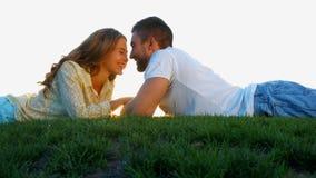 Гай и девушка наслаждаются одином другого акции видеоматериалы