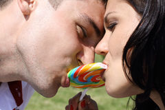 Гай и девушка на пикнике Стоковые Фотографии RF
