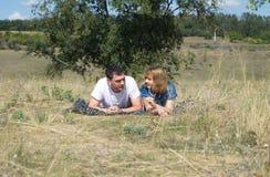 Гай и девушка на природе Стоковые Фото