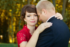 Гай и девушка нежно обняли один другого стоя в луге в парке Стоковые Изображения
