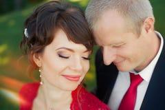 Гай и девушка нежно обняли один другого стоя в луге в парке Стоковые Фото