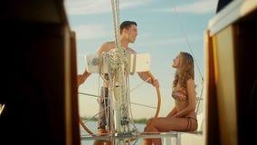 Гай и девушка ослабляя на яхте любовная история девушки сада мальчика целуя сток-видео