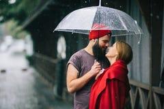 Гай и девушка под зонтиком Стоковые Изображения RF