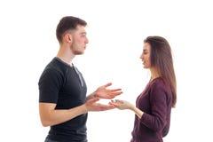 Гай и девушка присягают взгляду на одине другого и растут ладони Стоковое фото RF