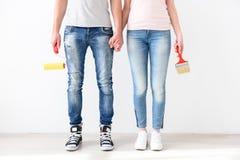 Гай и девушка стоя с щетками Стоковое фото RF