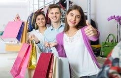 Гай и 2 девушки держа сумки Стоковое Изображение