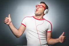 Гай наслаждаясь в музыке Стоковое фото RF
