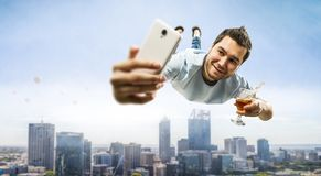 Гай празднует успех в бизнесе Мультимедиа стоковое изображение rf