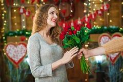 Гай представляет цветки девушки на день ` s валентинки Стоковые Фотографии RF