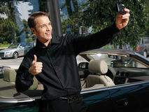 Гай принимая фото с мобильным телефоном a Стоковые Изображения RF