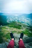 Гай сидя на утесе в горах Стоковое Изображение