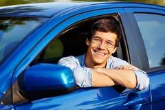 Гай смотря вне через открытое окно автомобиля Стоковые Изображения RF