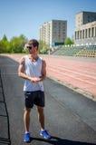 Гай стоит на стадионе Стоковое Изображение RF