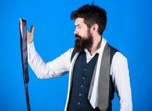 Гай с бородой выбирая галстук Проводник джентльмена Как выбрать правую связь классицистический тип Как соответствовать галстуку  стоковые изображения rf