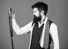 Гай с бородой выбирая галстук Проводник джентльмена Как выбрать правую связь : Как соответствовать галстуку  стоковые изображения rf