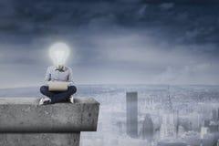 Гай с головой лампочки на крыше Стоковое Фото