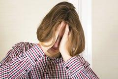 Гай с длинными волосами прячет сторону в руках Стоковое Изображение RF