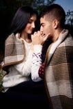 Гай с одеялом покрытым девушкой стоковое изображение