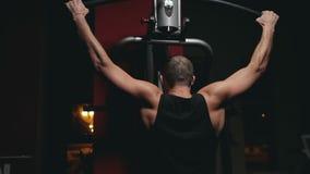 Гай тренирует его плеча на имитаторе сток-видео