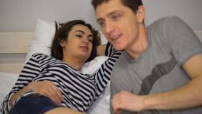 Гай целует девушку с расчалками перед временем ложиться спать видеоматериал