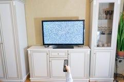 Гай, человек, каналы переключателя битника на ТВ, в дизайне комнаты отсутствие s Стоковые Фотографии RF