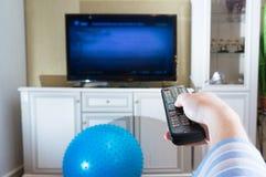 Гай, человек, каналы переключателя битника на ТВ, в дизайне комнаты отсутствие s Стоковое фото RF