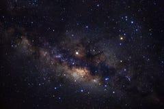 Галактика млечного пути с звездами и космос пылятся в вселенной, фотоснимке долгой выдержки, с зерном стоковые фото