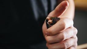 Галерея стрельбы Обязанность молодого человека патронная обойма с боеприпасами сток-видео